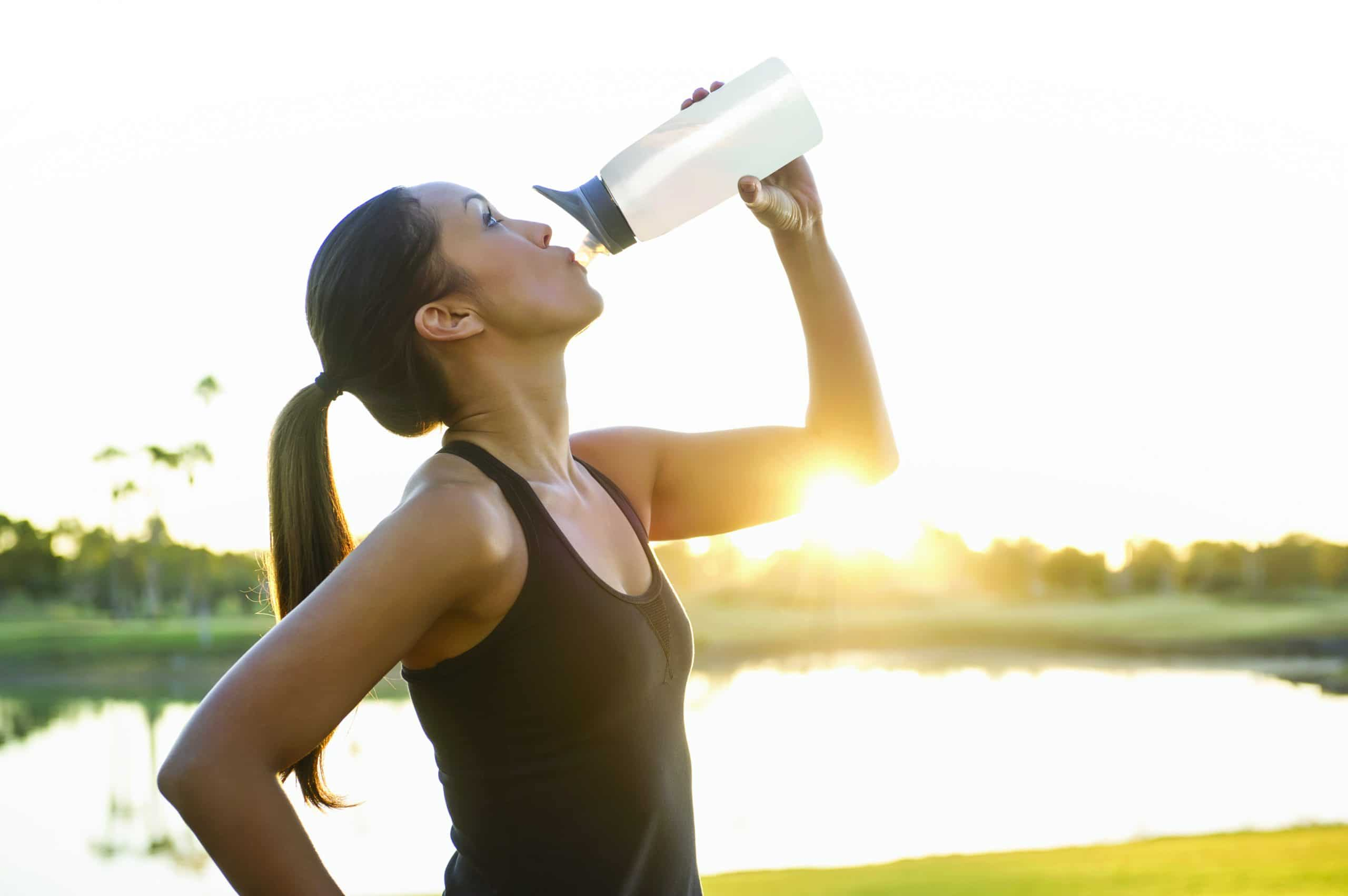 Jeune femme buvant un verre de lait