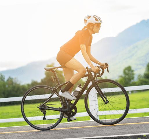 Femme sur un vélo de course en plein effort